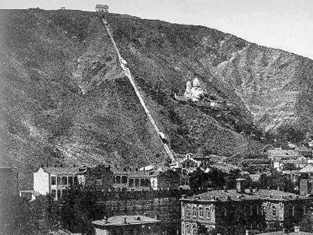Vieja imagen de la ciudad en la que se puede apreciar el funicular, el monasterio y el mirador en la cima de la colina